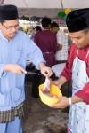 Menyiapkan bahan-bahan untuk mee goreng yang akan di sediakan
