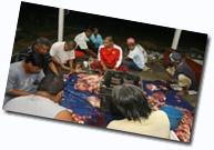 Penduduk bergotong-royong melapah daging lembu yang telah disembelih