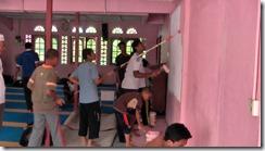 Gotong-royong mengecat masjid